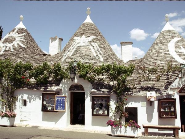 イタリアの南部にある世界遺産「アルベロベッロ」!屋根の ...