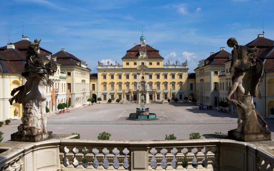 https://de.wikipedia.org/wiki/Datei:Ludwigsburger_Schloss.jpg